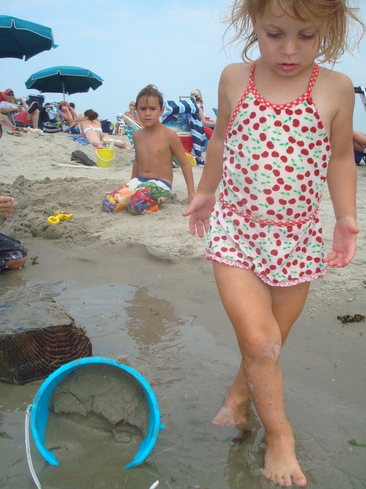 Chicas desnudas cagando en la playa