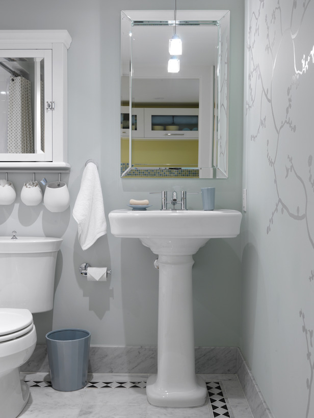 Midcentury modern guest bathroom with pedestal sink by Sarah Richardson