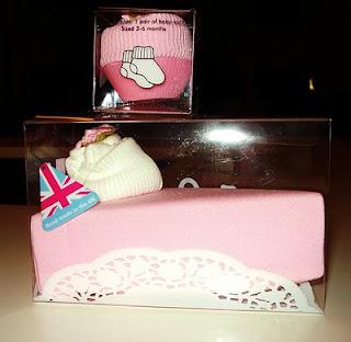 9eb8d5ad Angel's cake, με σαλιάρα και καλτσάκια, από Vera Wang