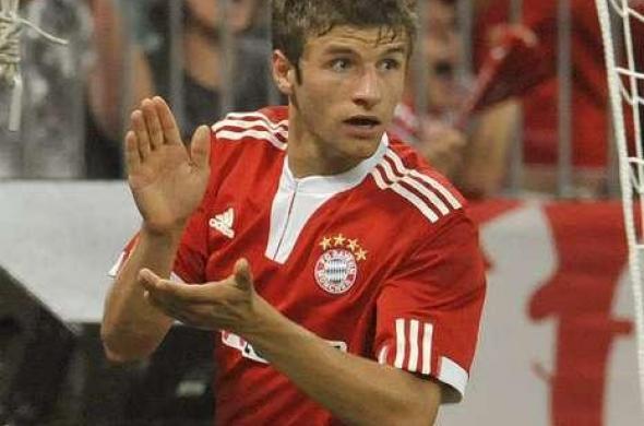 5b8a78a51a Goleiro do Werder Bremen é suspenso após TESOURA VOADORA em Thomas Müller