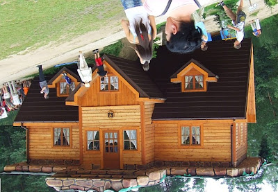 dom z dachem na dole