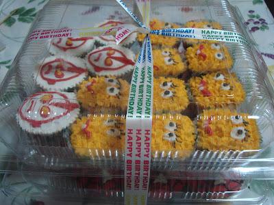 cupcakes cartoon. cute cupcakes cartoon. cupcake