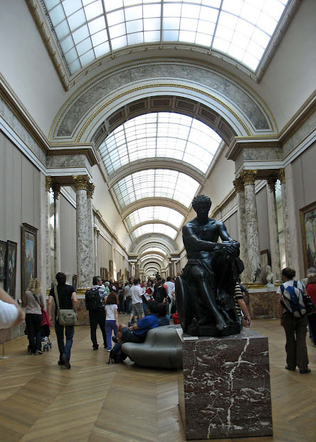 Stock Louvre Museum Paris - Exterior And Interior With Pieces Of Art