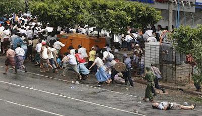 Fliehende Demonstranten in Rangun (von ko htike)