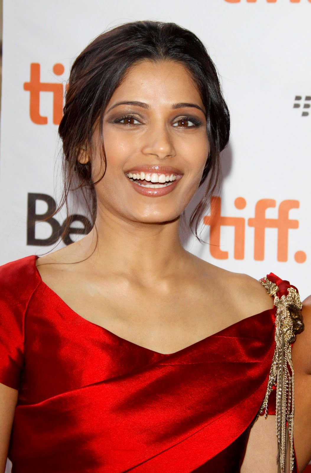 Wallpaper World: Freida pinto visit @ Miral premiere ...