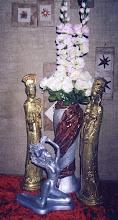 casal de imperadores e inspiração sentada e vaso  com pano