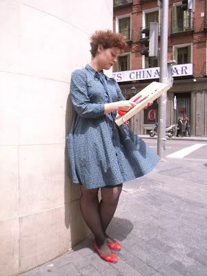 60c230f7a6f5 Den andra bilden är så härlig med klänningen som rör sig i vinden och de  röda skorna till. Sött och annorlunda.