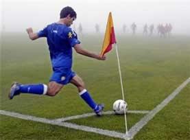 Chilena  consiste en golpear el balón por alto con el pie dando la espalda  a la portería y estando suspendido verticalmente en el aire 6b1f4991aba6