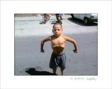 niño sacando pechonalidad