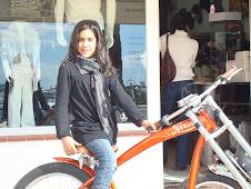 aquí tenemos a sweet Peny con su superbici naranja muy cool,por las calles de ibiza