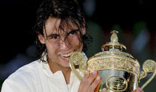 nadal-wimbledon-2008-copa-campeon-imagenes-foto-federer-vs-rafa-2008-resultado-fotos-tenis-descarga-directa-bajar-gratis-Wimbledon-Tennis-2008-descargar-video-youtube-scores-results-videos-noticias-news-live-score-festejo-galeria-de-imagenes-federer-vs-nadal-rafa-muerde-la-copa