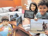 crianças viajantes mostram fotos de passeios