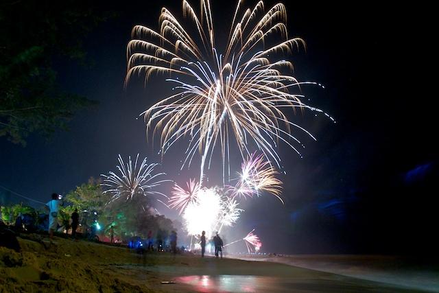 Menikmati pesta kembang api di pantai