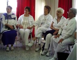 Mujeres adultas mayores creando redes de apoyo