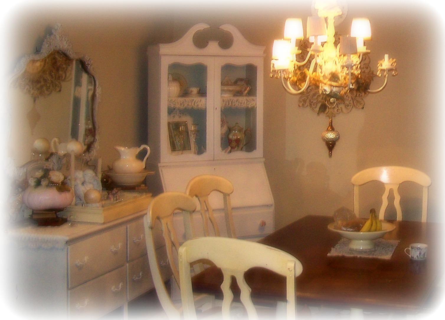 È il perfetto equilibrio tra lusso e vita vissuta.fronzoli e volant si prestano a uno spazio confortevole e familiare. Shabby Chic Dining Room Home Decor And Interior Design