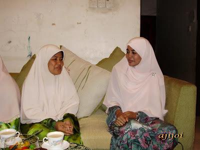 Datin Seri Fatimah Taat bertanya khabar kepada Puan Safiah