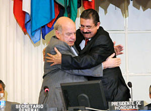 Big hug, Insulza and Zelaya, BFF