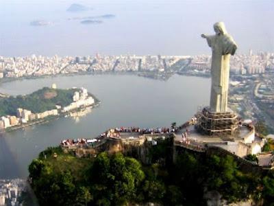 Paisagem do Rio de Janeiro com o Cristo Redentor e o Mar ao fundo- Brazil.