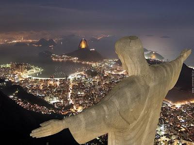 Linda foto com vista aérea noturna do Cristo Redentor e de parte da Cidade do Rio de Janeiro - Brazil