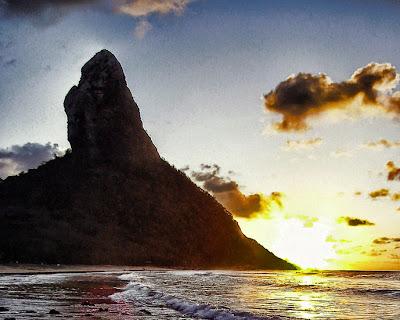 Foto do Morro do Pico no por do sol, feita da Praia da Conceição em Fernando de Noronha