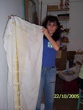 Norma, una alumna del taller, con sus cortinas