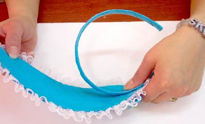 Ahora pega con silicón liquido o cose a mano la diadema de plástico que podrías forrarla con la misma tela que utilizaste Hacer paso