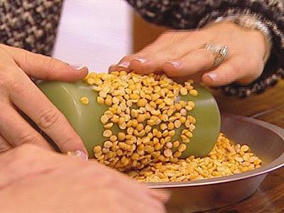 en un bol poner las semillas que te gustaron y que quieres aplicarlas como parte de la decoracin e ir pegando estas semillas a tu velacomo logras ver en
