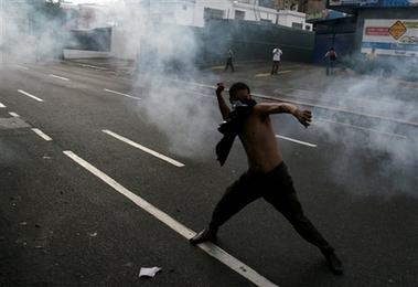 [capt.f931fba6858443c781b51612549c06fe.venezuela_chavez_vs_tv_car122.jpg]