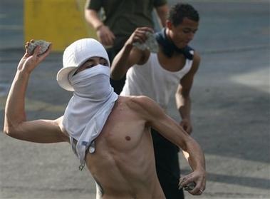 [capt.1044a2e6dc424b1794bb7d558f5e9b86.venezuela_chavez_vs_tv_car120.jpg]