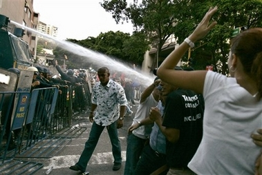 [capt.bc51d2597da74f1496b9548410bdbaa8.venezuela_chavez_vs_tv_car121.jpg]
