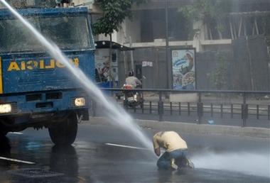 [capt.a30129d301ba4812932008f5f776221c.venezuela_chavez_vs_tv_car125.jpg]
