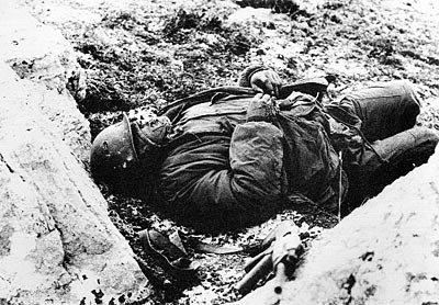 Soldado Argentino Muerto en Trinchera.