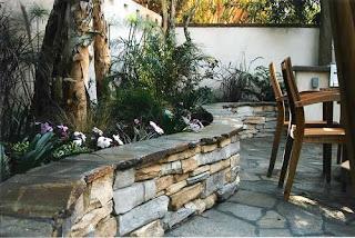 zid de sprijin beton, beton placat cu piatra, drenaj zid de sprijin, solutii, idei, sfaturi stabilizare pamant gradina in panta