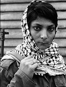 Rouge et blanc dans les pays situés plus à l Est – Jordanie, Yémen, Irak…  où il est aussi appelé shemagh (شماغ) – le keffieh se porte plutôt en blanc  et ... c94305f8a56