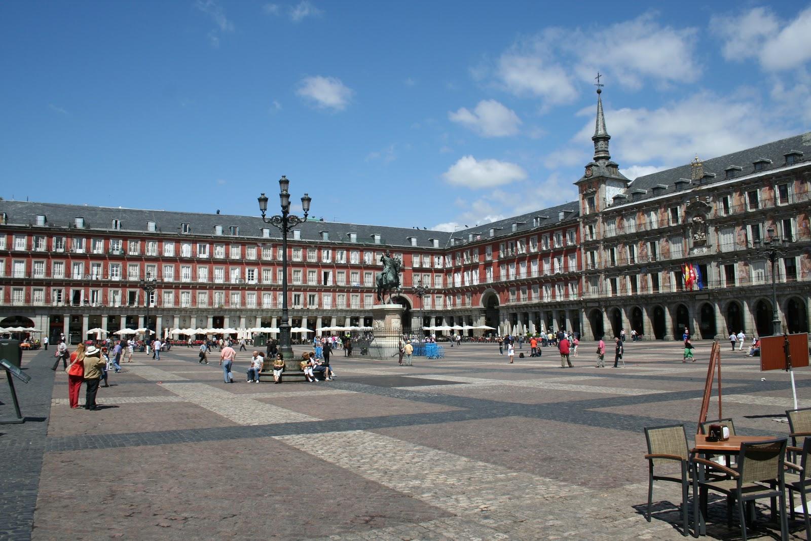 7169ae7701353 Bu sokaklardan batıya doğru çıkanı izlerseniz, Plaza de San Miguel'e  gelirsiniz. Bu meydanın çok fazla özelliği olmamakla beraber buradan geçme  amacımız, ...