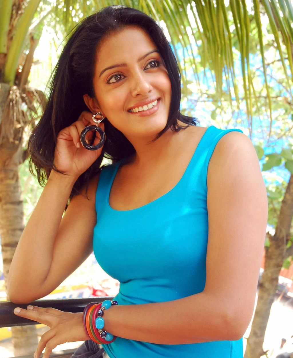 actress singh tight jeans vishaka visakha cute sleeveless bollywood tshirt wallpapers sing tollywood cleavage vishakha stills steamy heroines advertisements