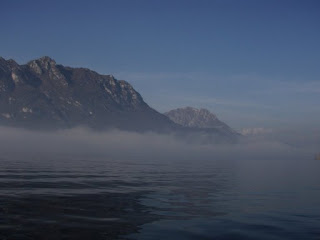Un'insolita nebbia autunnale sul lago di Garlate