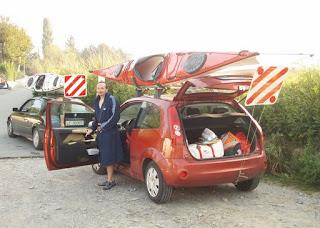 Mario si cambia dopo aver messo i kayak sull'auto