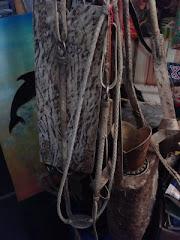 Corriames e artefatos em couro cru