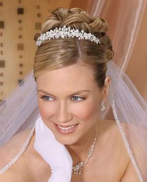 85f3683bc Bella tiara tipo corona de cristales en forma de pequeñas flores. Velo con  filos de plata y cristales colocados en la parte interior.