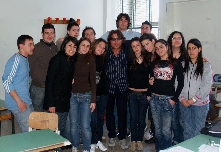 Fernando Proce coi ragazzi della Repubblica Salentina. Foto dalla rete. Clicca per leggere l'articolo dei ragazzi.