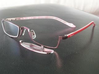 Mais parecida com óculos comuns, a primeira apresenta lentes que abrem para  baixo, sem movimentar a armação. Com aquela que estiver fechada (há um imã  de ... 89a5ed9621