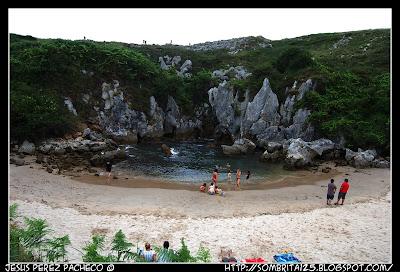 Playa de Gulpiyuri en Naves (Asturias)