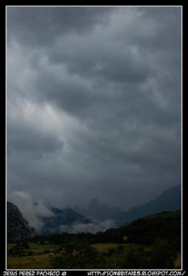 Funicular de Bulnes, río Cares y el Naranjo de Bulnes en Asturias