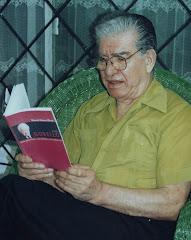Leyendo una obra de José Gobello