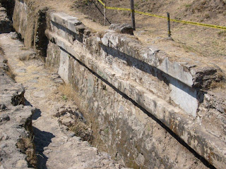 Muro de talud y tablero de la Estructura I del Ixtépete.