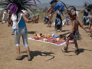 Grupo de danzantes en la Estructura I. Obsérvese las naranjas en la ofrenda y los pescadores de una de las danzantes.