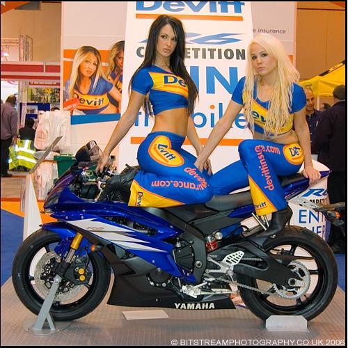 Moto Yamaha azul com duas modelos