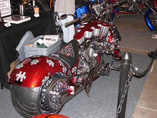 Moto customizada vermelha com pneu especial