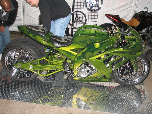 Moto customizada verde